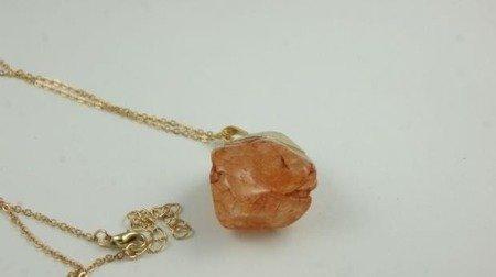 Wisiorek z brzoskwiniowym kamieniem  W115